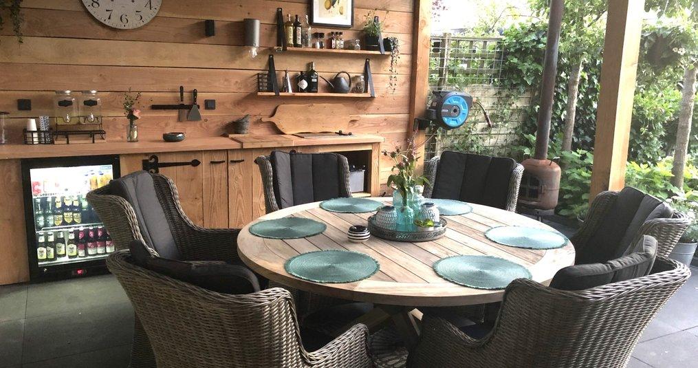 Een tuinset met een ronde tafel