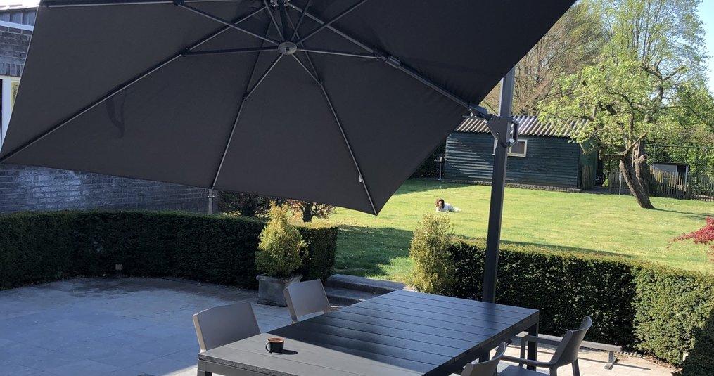Ben je op zoek naar een nieuwe parasol? Kijk eens naar de zweefparasol!