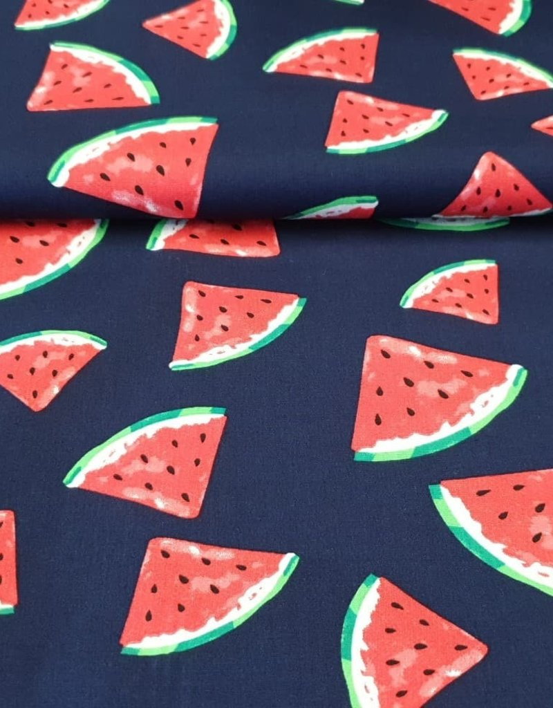 Watermeloen op donkerblauwe achtegrond