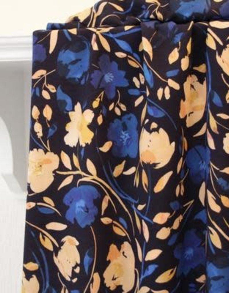 Donker blauwe viscose met blauwe en zalmroze bloemen