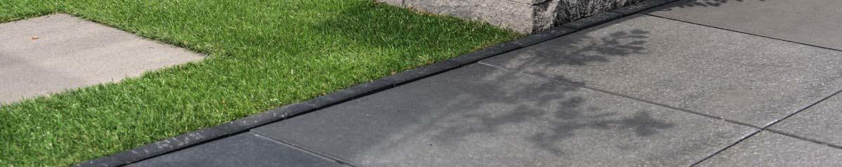 Voorbeeld hoe betontegels eruit zien in tuin