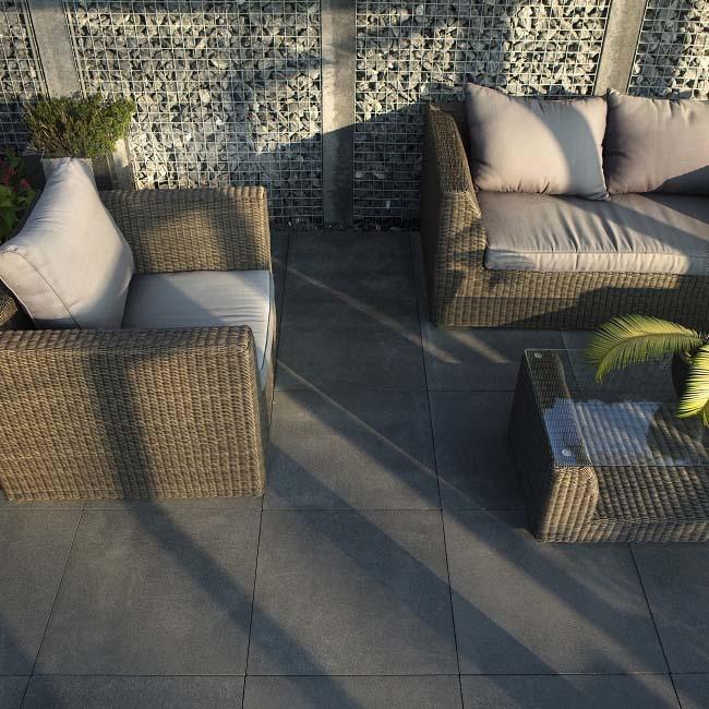 Voorbeeld hoe je betontegels in de tuin kunt verwerken