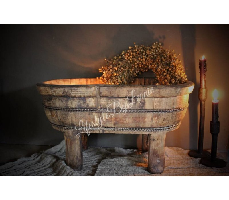 Oude houten ovale olijfbak op pootjes