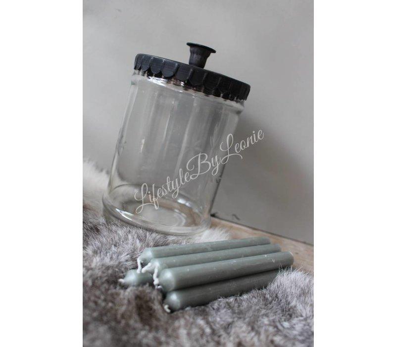 Metalen kandelaar met glazen pot dunne dinerkaars
