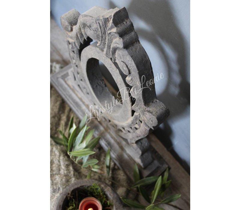 Houtsnijwerk ornament op voet Grijs