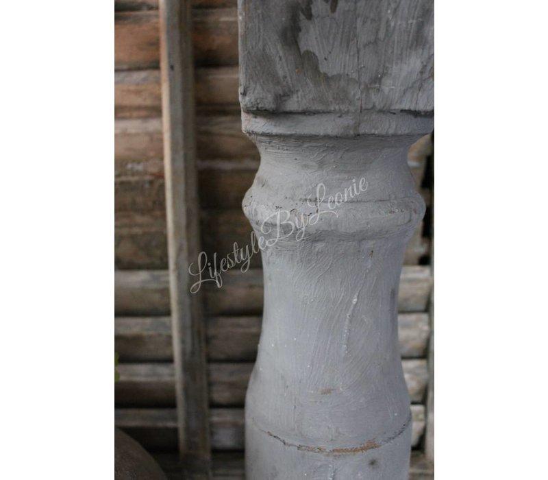 Oude grijze baluster kandelaar