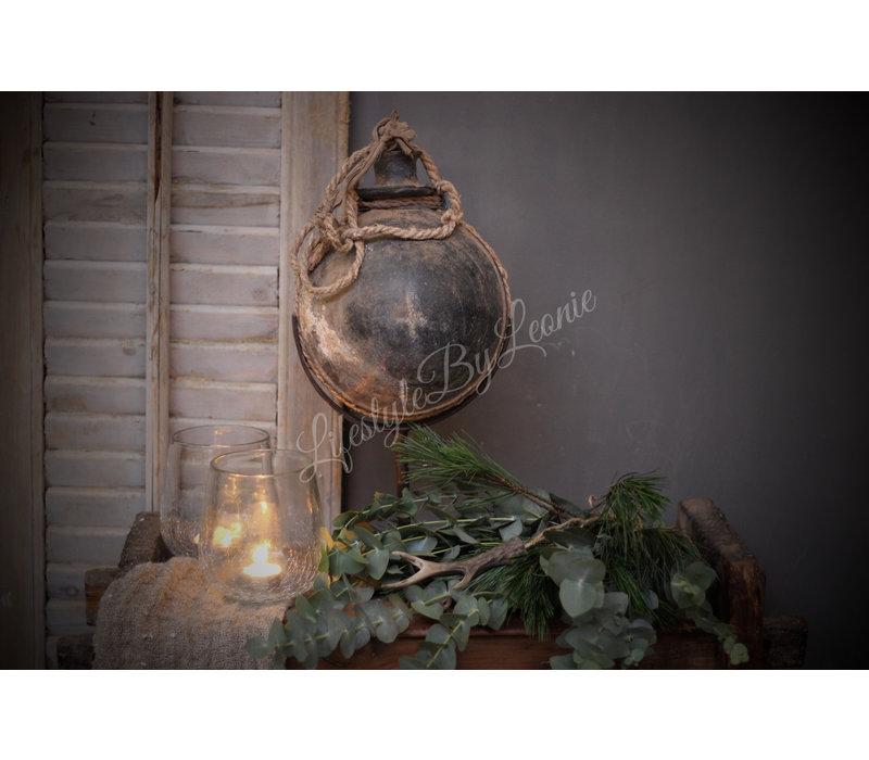 Authentieke stenen waterkruik bol op statief