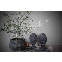 Stenen dennenappel ornament op voet Antiek grijs