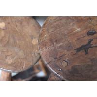 Set van 2 sleetse houten Indiase krukjes