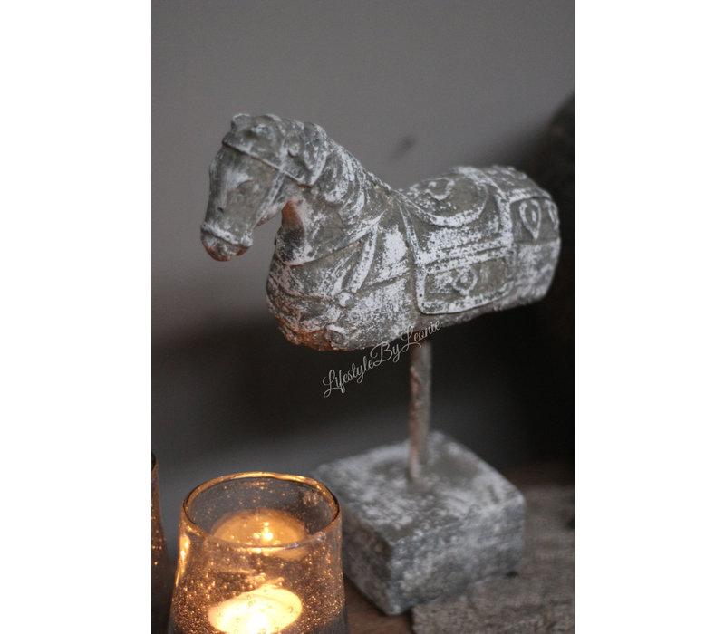 Sobere stenen paard op statief 23 cm