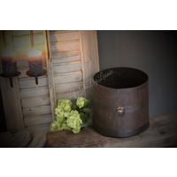 Oude roestige ijzeren pot met ring
