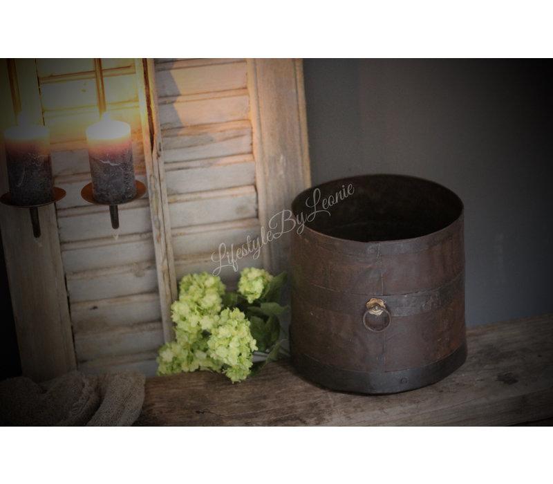 Oude ijzeren pot met ring