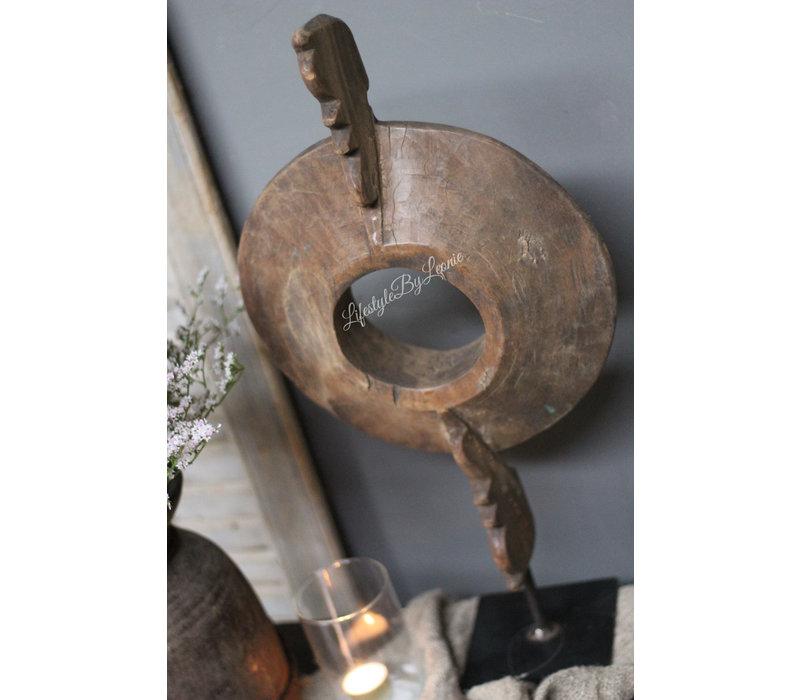 Uniek rond houten ornament op voet