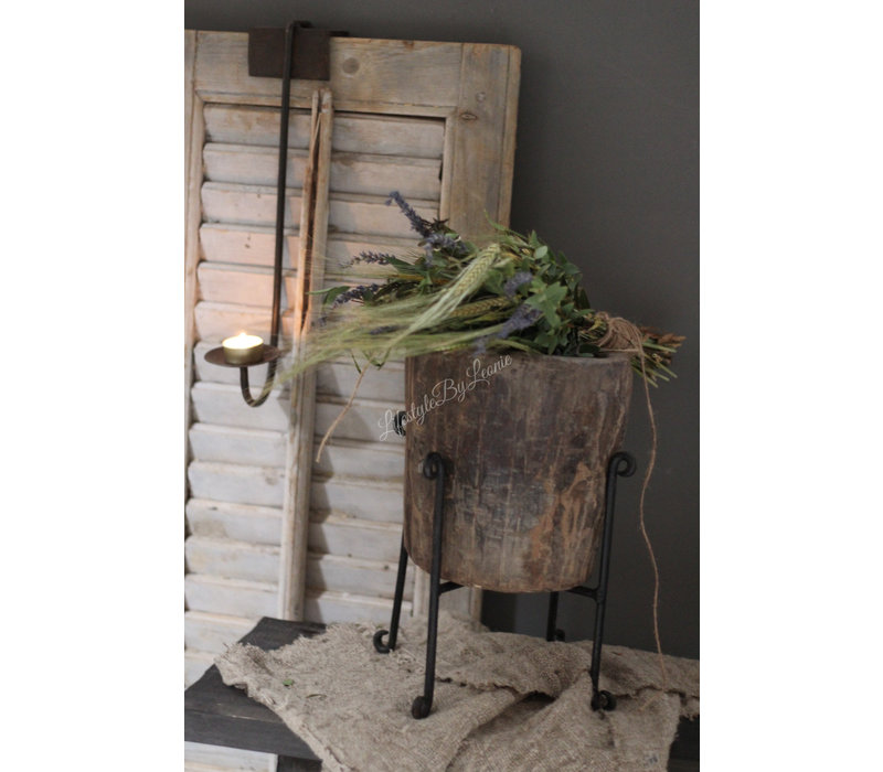 Oude houten vijzel op standaard