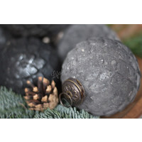 Sobere grijs glazen kerstbal Blocked