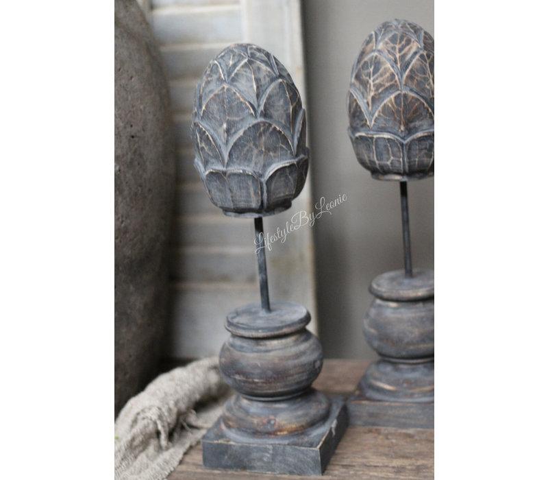 Houten dennenappel ornament op voet