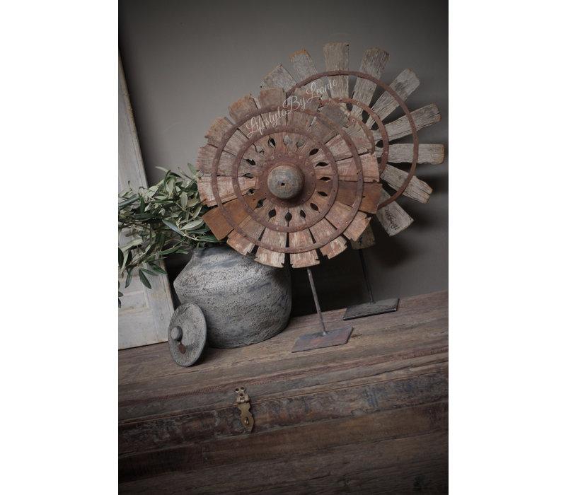 Oude houten waaier op voet