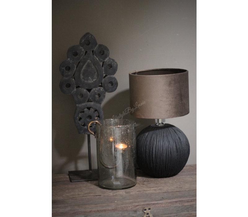 Zwart houten ornament op voet