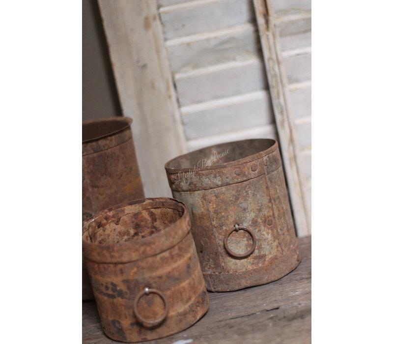 Oud roestig metalen potje met ring