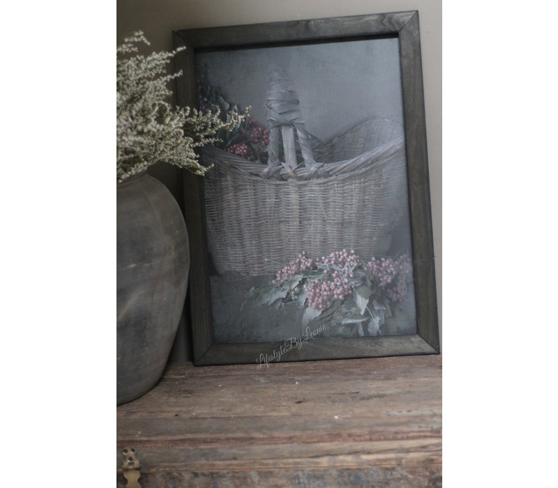 Linnen doek mand pepperberries in zwart houten lijst