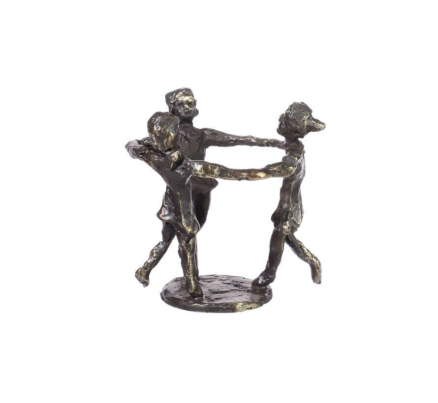 bronzen beeld met blije spelende kinderen.