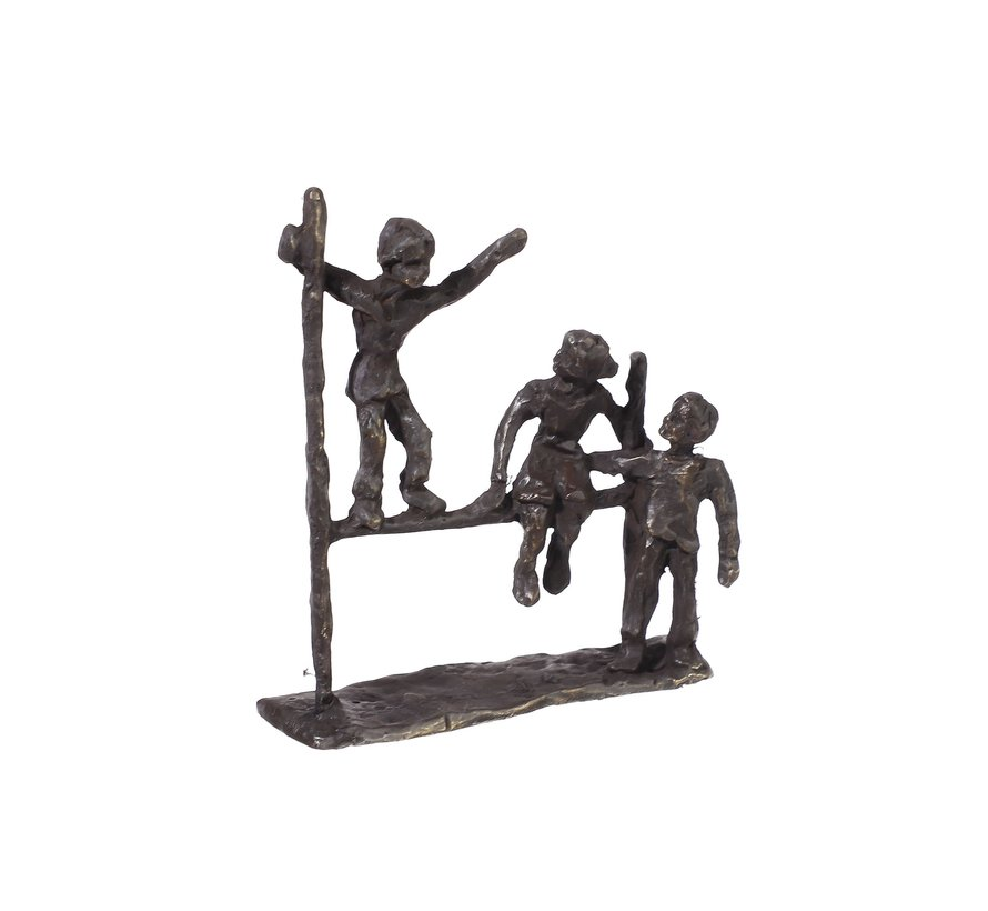 Vriendschap beeldje Drie kinderbeeldjes op een sculptuur in vorm van een hekje.