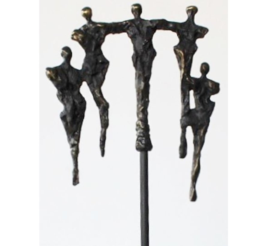 Samen in balans. Zakelijk Sculptuur op een hoge staaf.