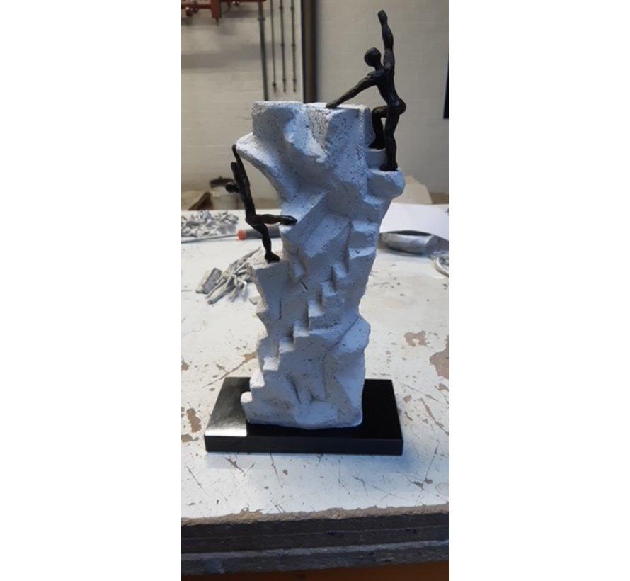 De juiste keuze maken. 2 verbronsde beeldjes op wit kunsthars sculptuur.