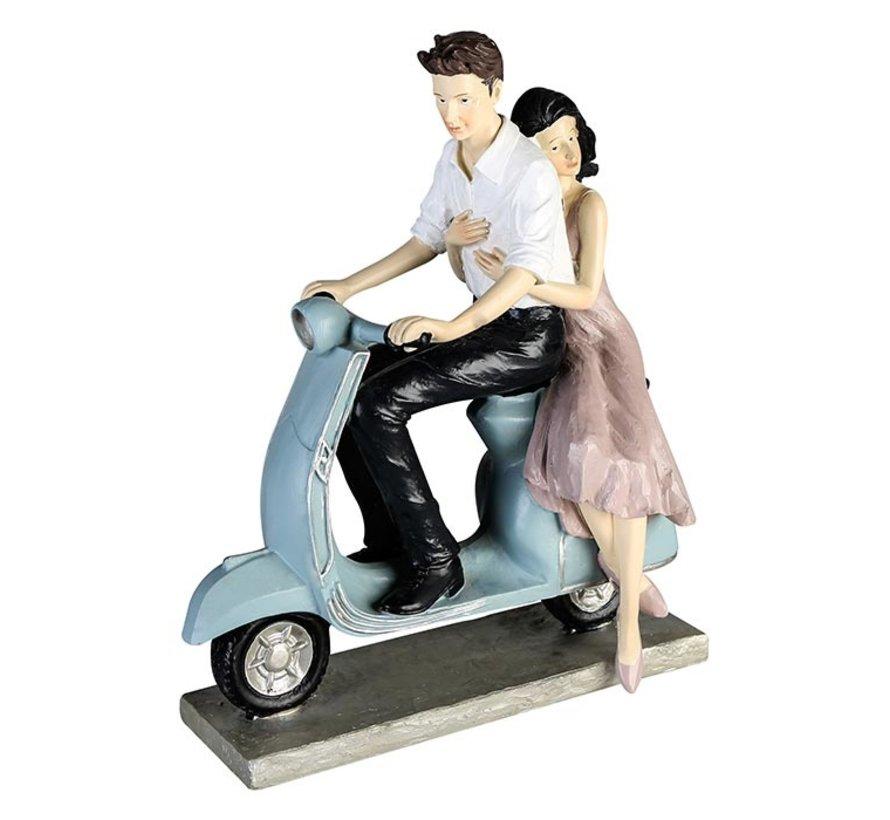 Sculptuur jong stel op scooter