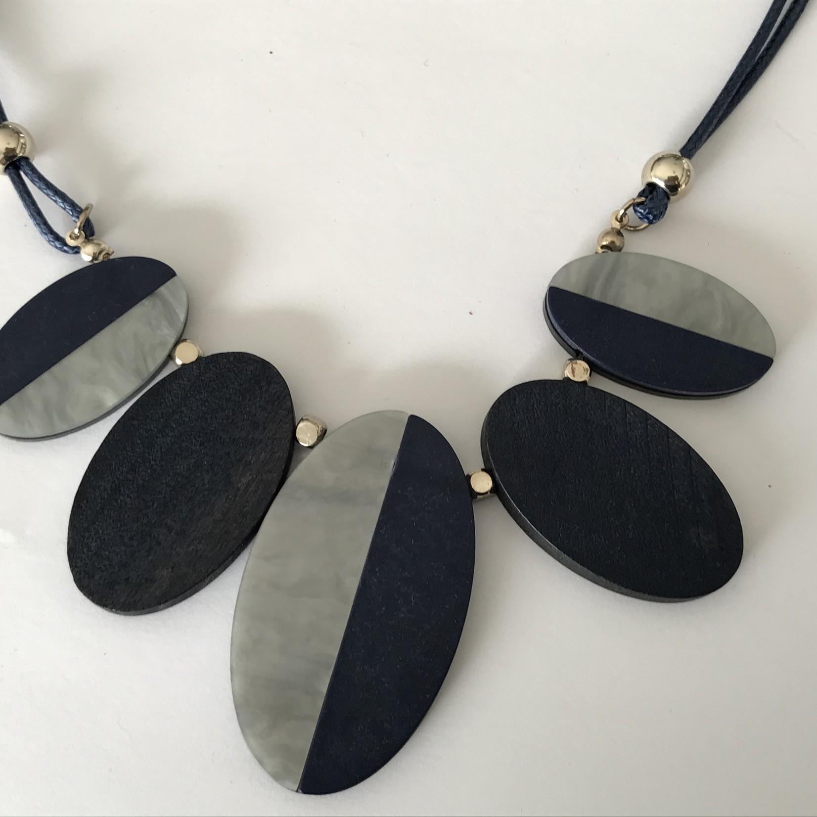 Axxes-Soir Ketting  kort donkerblauw met houten ovaaltjes