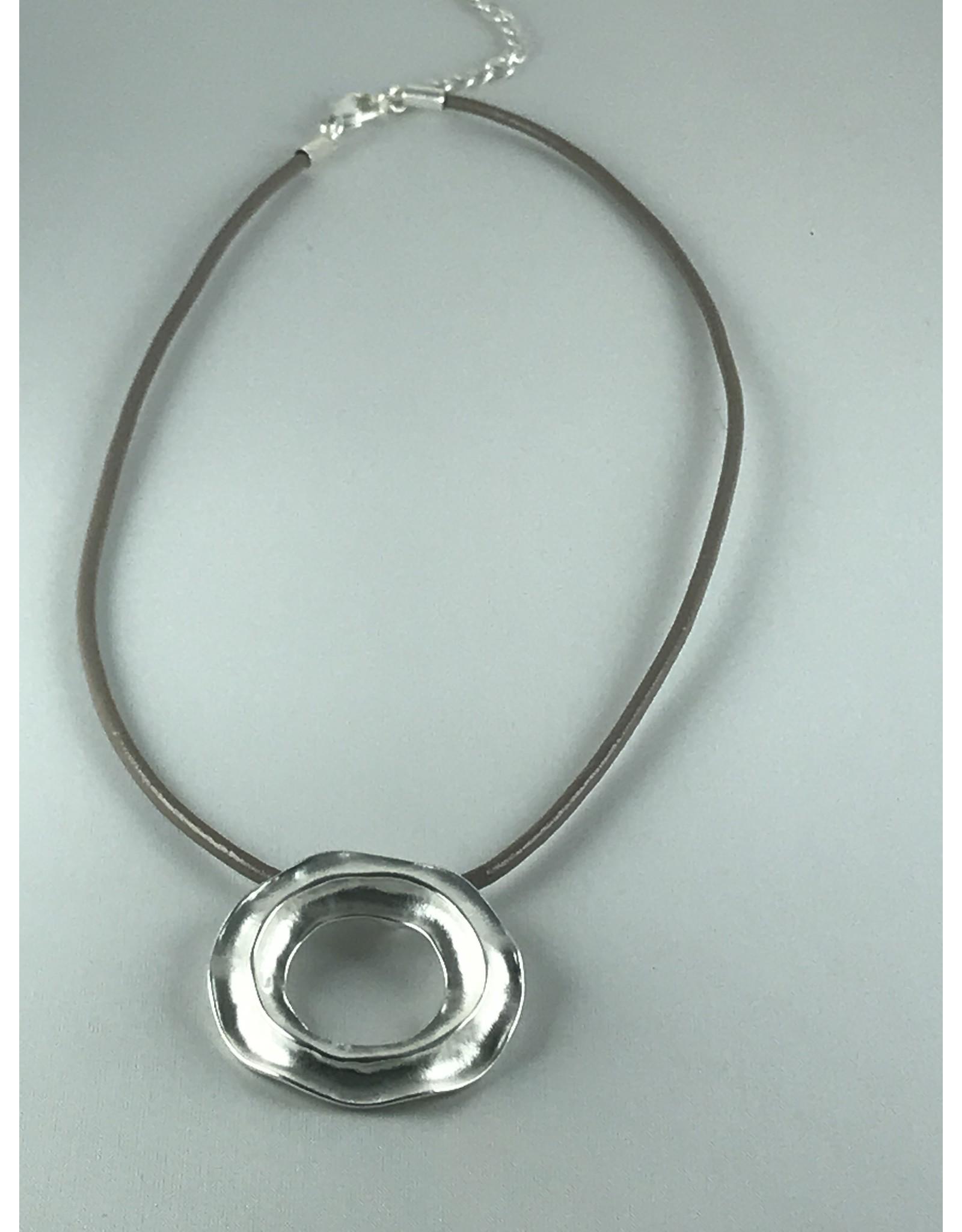 Axxes-Soir korte  ketting zilverkleurig schijfje- bandje kunststof