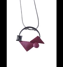 Axxes-Soir korte  fijne zilverkleurige ketting met roze driehoekige figuur