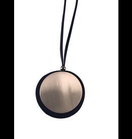 Axxes-Soir Lange ketting met lederen bandje en zwart en gouden plakje