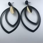 Biba Oorringen goudkleurige hanger met zwarte bladjesvorm (groot)