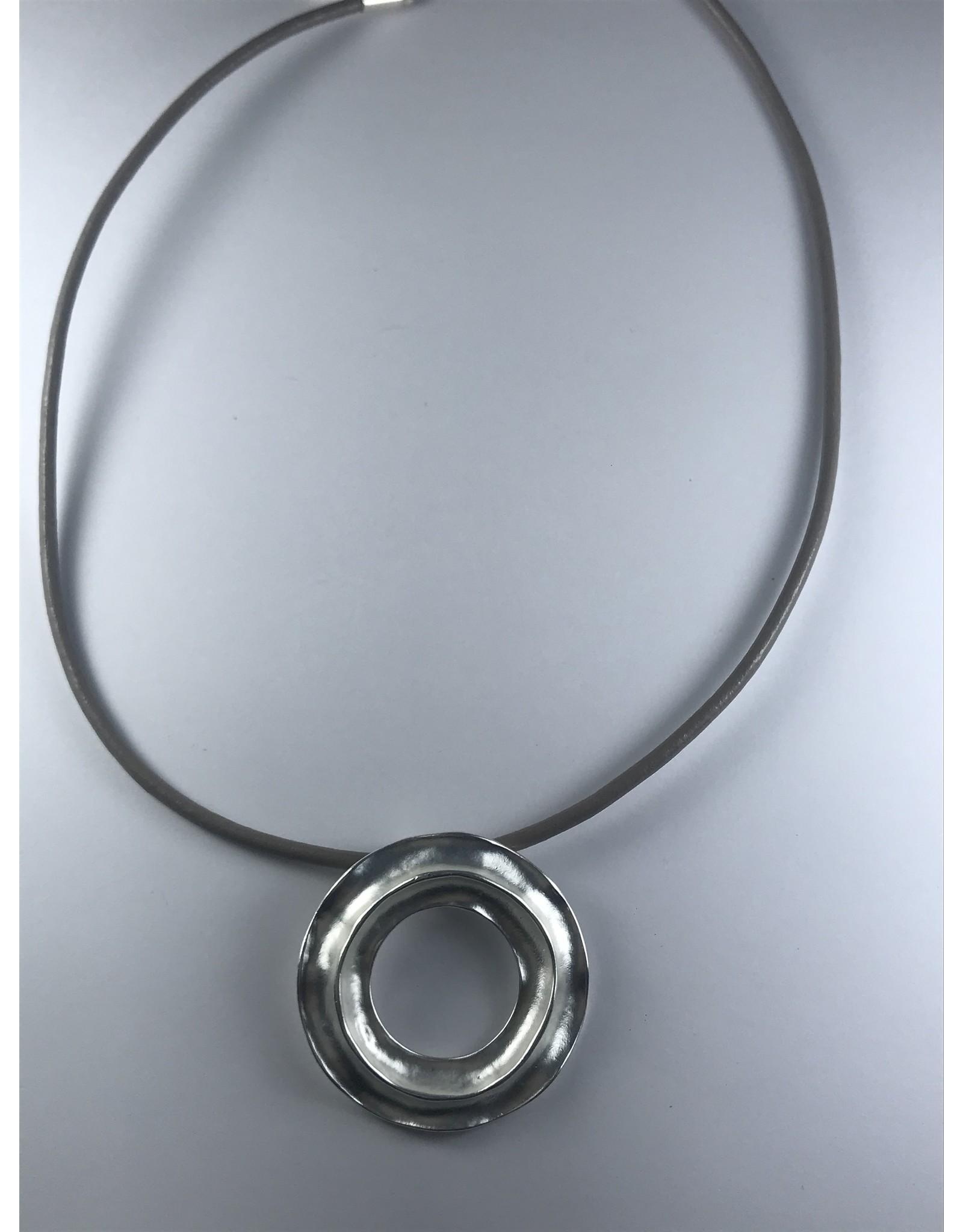 Axxes-Soir korte  kunstlederen ketting - met zilverkleurige donut