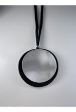 Axxes-Soir Lange lederlook ketting  in zwart met zilveren ronde plak - groot