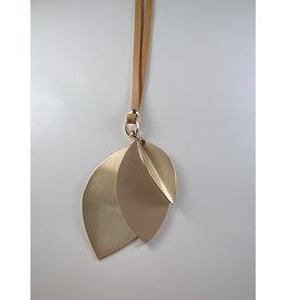 Axxes-Soir Lange lederlook ketting  in beige met hanger in blaadjesvormen goud-beige