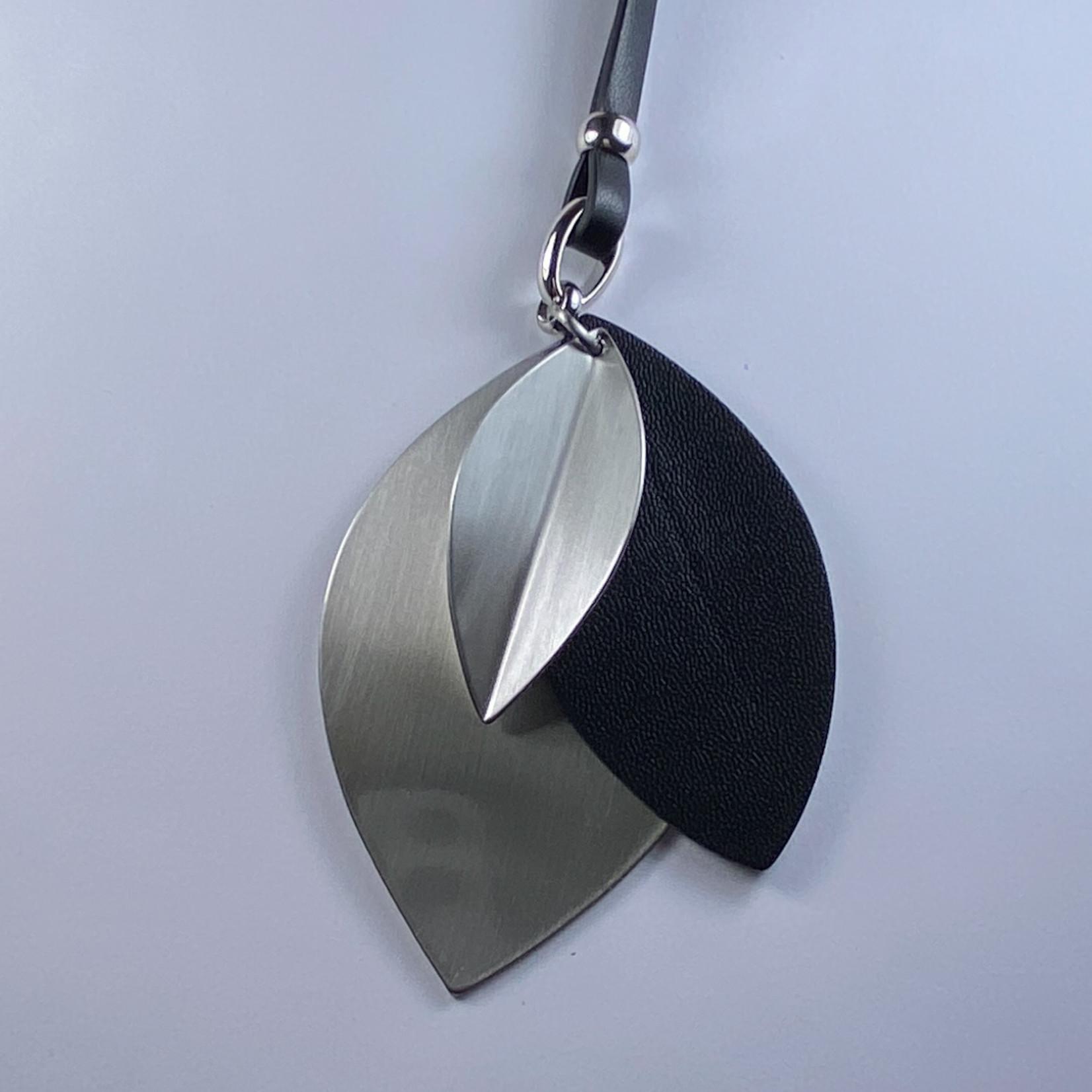 Axxes-Soir Ketting lang met zwarte en zilverkleurige hangerss