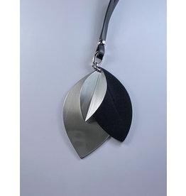 Axxes-Soir Lange lederlook ketting  in zwart met zilveren hanger - blaadjesvorm