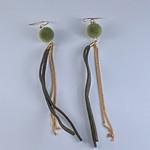 Axxes-Soir Oorringen goudkleurige slinger met groen pomponnetje