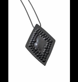 Axxes-Soir Lange ketting in gun metal met ruitvormige hanger