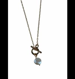 Axxes-Soir Korte ketting in goudkleur met parelmoer hangertje