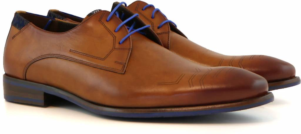 bruine schoenen met blauwe veters