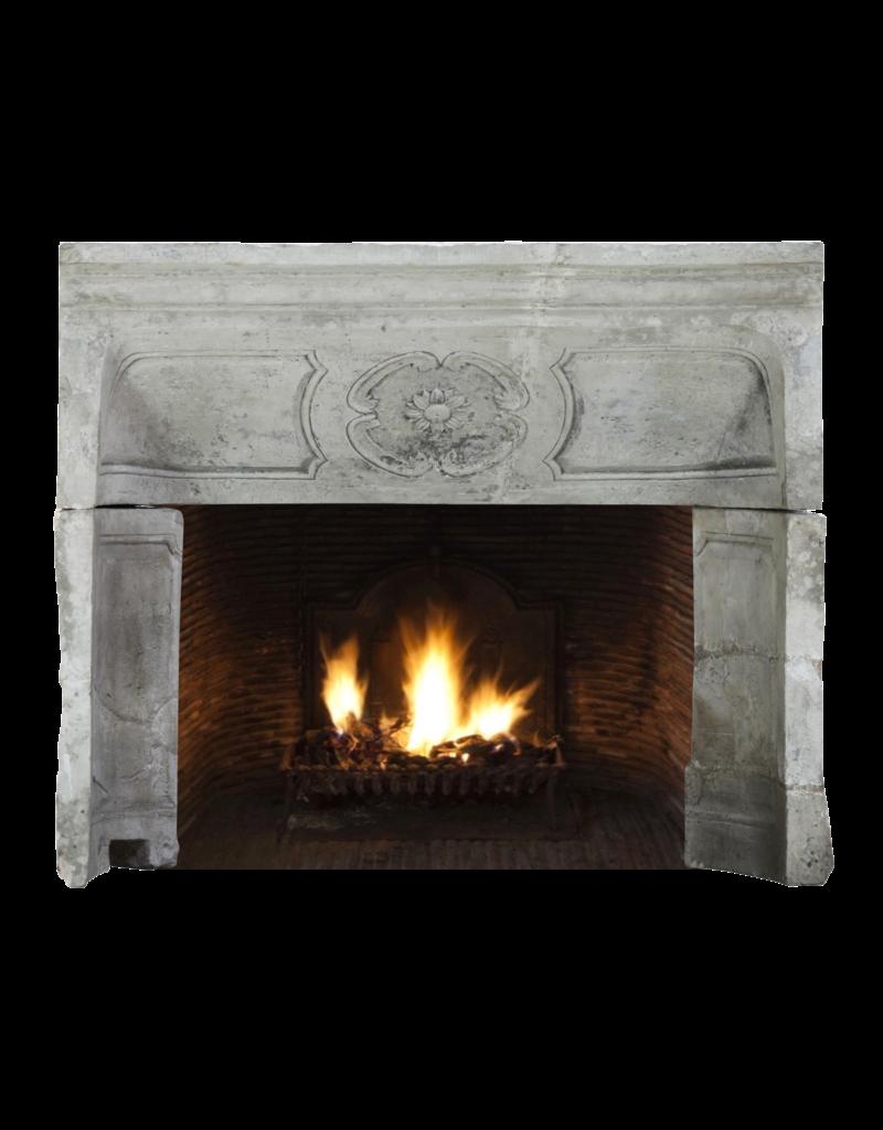 18. Jahrhundert Periode Französisch Land Kalkstein Kamin Innen
