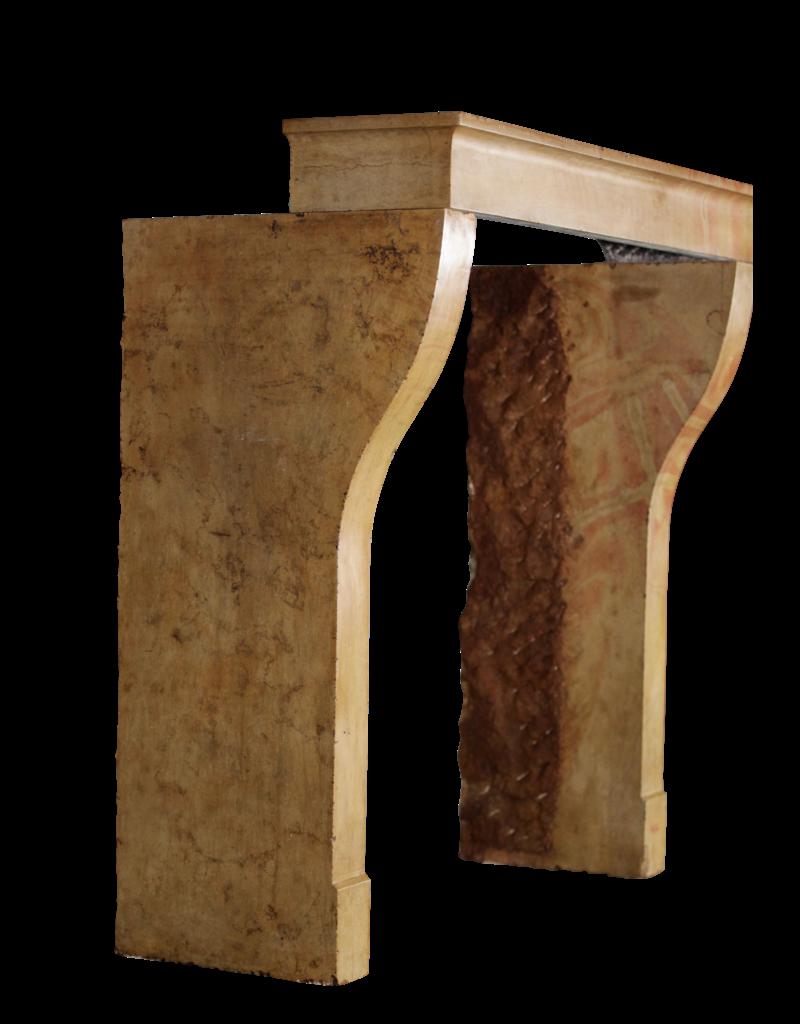 Kleiner Europäischer Kaminmaske In Kalkstein Für Zeitlos Moderne Interieur-Konzept