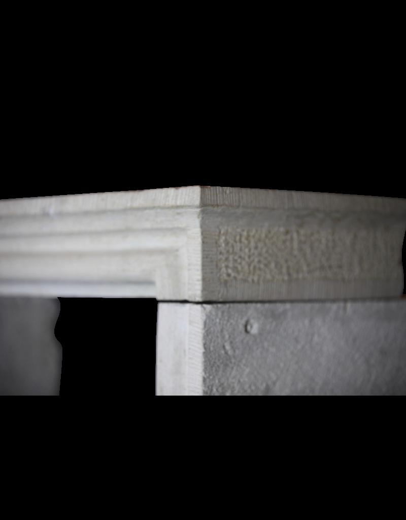 Klassischer Französisch Kleiner Rustikaler Kamin
