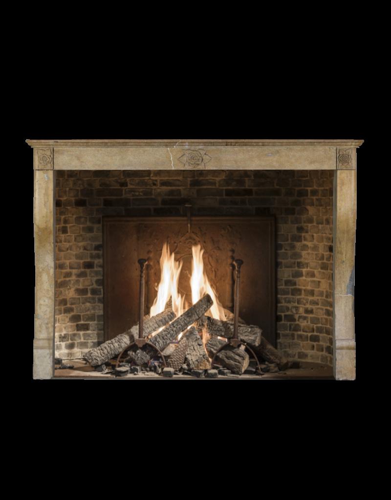 Maison Leon Van den Bogaert Antique Fireplaces & Vintage Architectural Elements Französisch Kalkstein Kamin mit Art-Deco-Blumen-Detail