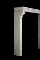Hohe Französische Kalksteinkamineinfassung Im Französischen Landhausstil