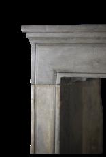 Französische historische Kamin in zweifarbigem hartem Stein