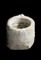 Mittelalterlicher Topf im Kalkstein